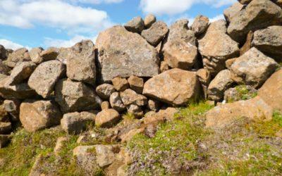 The stone wall at Hjardarhagi